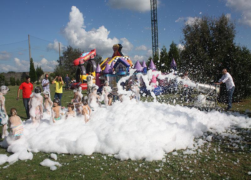 Niños y niñas en la fiesta de la espuma